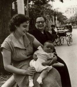 El autor con su mamá y su abuela materna